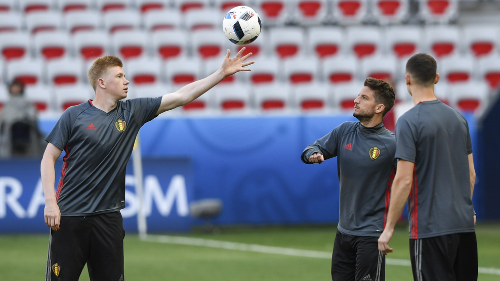 Belgium's midfielder Kevin De Bruyne (L) attends a training session at the Allianz Riviera stadium in Nice on June 21, 2016, on the eve of the Euro 2016 football match between Sweden and Belgium. / AFP / JONATHAN NACKSTRAND (Photo credit should read JONATHAN NACKSTRAND/AFP/Getty Images)