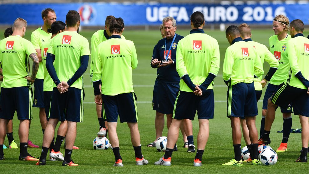 Sweden's coach Erik Hamren (C) speaks to players during a training session in Saint-Nazaire on June 15, 2016 during the Euro 2016 football tournament. / AFP / JONATHAN NACKSTRAND (Photo credit should read JONATHAN NACKSTRAND/AFP/Getty Images)